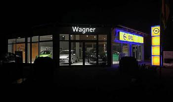 Opel Aussenansicht bei Nacht